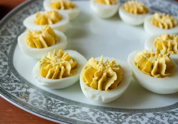 Фаршировані яйця з лососем і огірком 3