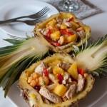 Салат з індички в ананасі