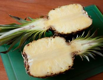 Салат з індички в ананасі 1