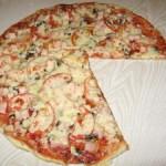 Піца з печерицями, помідорами та ковбасою