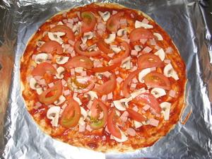 Піца з печерицями, помідорами та ковбасою 3