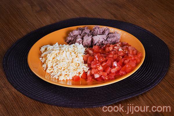 Салат з тунцем і помідорами 1