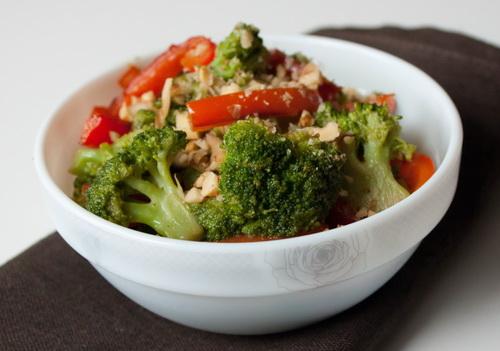 Теплий салат з перцю і брокколі