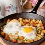 Яйця, запечені з овочами