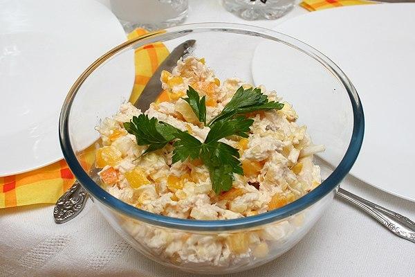 Салат з курки, сиром і ананасом