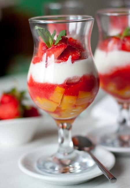 Вершковий десерт з полуницею і персиками