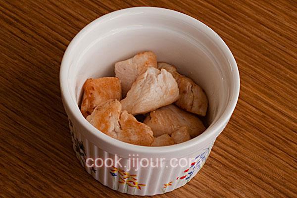 Куриця з грибами під сиром в горщику - фото 6