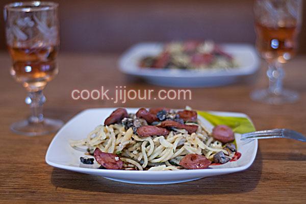 Спагеті з грибами і сосисками
