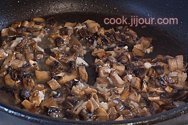 Спагеті з грибами і сосисками - фото 5