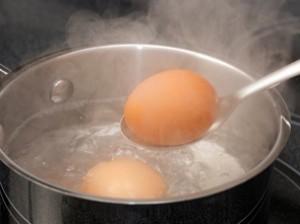 Варити яйця