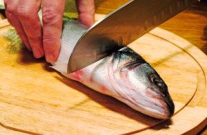 Чистити свіжу рибу
